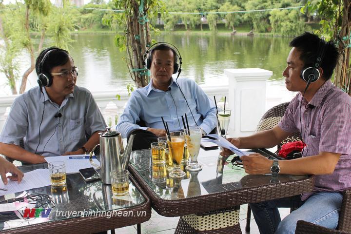 Đồng chí Nguyễn Như Khôi - Tỉnh ủy viên, Giám đốc Đài PT-TH Nghệ An chia sẻ trên sóng trực tiếp.