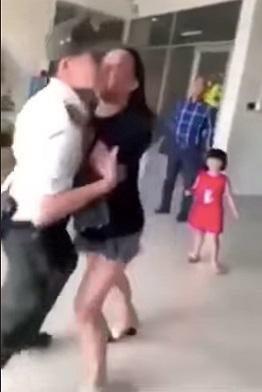 Nữ hành khách xô đẩy lực lượng an ninh. Ảnh cắt từ clip
