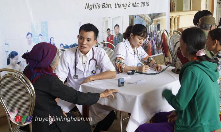 Các y, bác sỹ khám, tư vấn bệnh thường gặp cho người dân thăm khám.