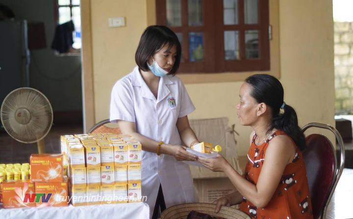 Cấp phát thuốc miễn phí cho người dân sau thăm khám.