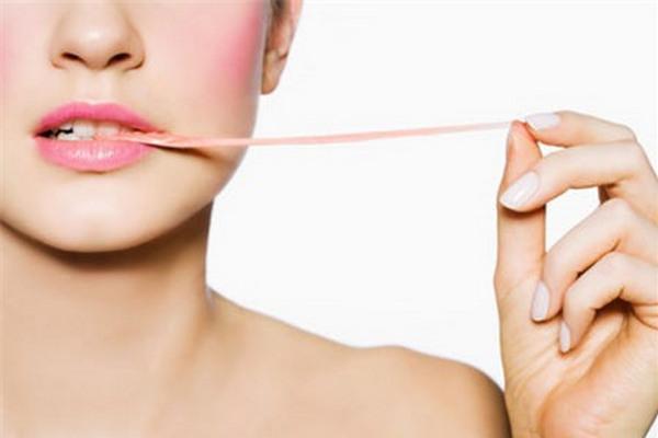 Bỏ nhai kẹo cao su. Khi nhai kẹo cao su, bạn sẽ nuốt khá nhiều không khí, khiến bụng càng chướng thêm.