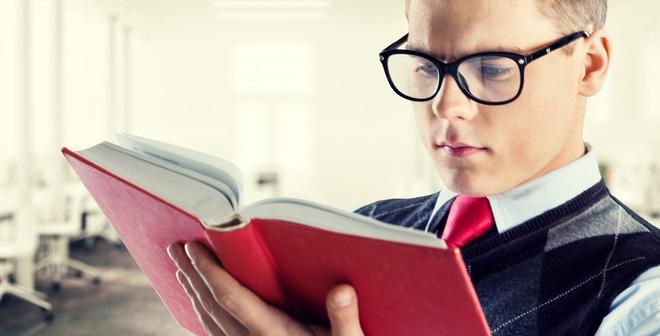 Khi đọc sách: Bạn không nên nằm ngửa khi đọc sách, bạn nên giữ sách cách mắt ít nhất 30cm. Bạn cũng nên nghỉ giữa chừng 5 - 10 phút để mắt được giải lao. Để thư giãn mắt đối với người đeo kính, hãy tập trung nhìn vào một vật cách bạn khoảng 6m. Đừng bao giờ đọc trong điều kiện không đủ ánh sáng vì điều này có thể gây căng thẳng cho mắt.
