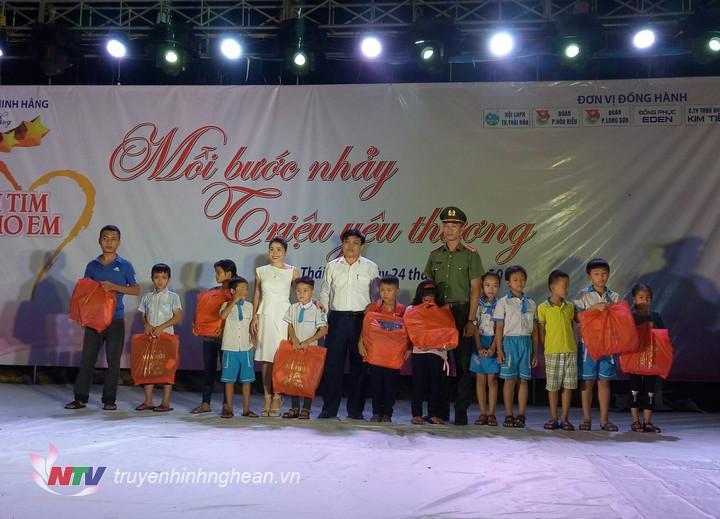 Đại diện BTC trao quà cho các học sinh nghèo tại chương trình.