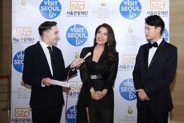 Trương Ngọc Ánh (giữa) cùng diễn viên Anh Dũng (phải) giao lưu trước lễ trao giải chính thức.