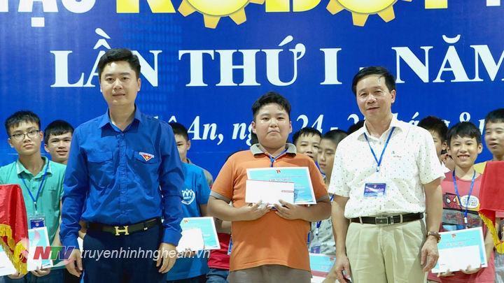 BTC trao giấy chứng nhận cho các thí sinh tham gia cuộc thi.