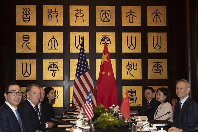 Bộ trưởng Tài chính Mỹ Steve Mnuchin (trái), Đại diện Thương mại Mỹ Robert Lighthizer (thứ 2, trái) và Phó Thủ tướng Trung Quốc Lưu Hạc (phải) tại vòng đàm phán thương mại Mỹ-Trung ở Thượng Hải, Trung Quốc ngày 31/7/2019.