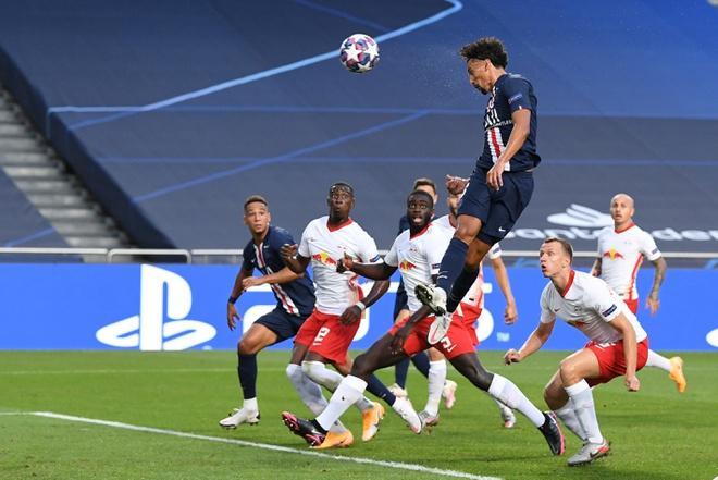 Marquinhos thoải mái băng vào đánh đầu tung lưới đối thủ. Ảnh: Reuters.