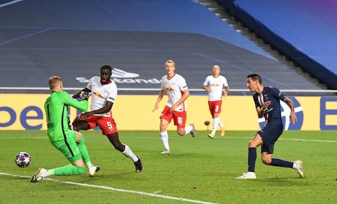 Di Maria gây sức ép khiến Gulacsi phát bóng hỏng, cũng chính anh là người ghi bàn nhân đôi cách biệt cho PSG. Ảnh: Reuters.