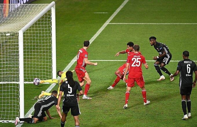 ...trước khi đệm bóng cận thành giúp Bayern đánh sập hàng thủ Lyon.