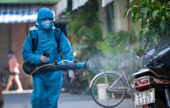 Nhân viên phun khử trùng tại Đà Nẵng.