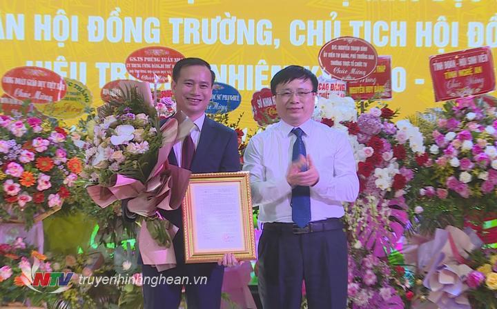 Phó Chủ tịch UBND tỉnh Bùi Đình Long tặng hoa chúc mừng tân Hiệu trưởng Đại học Vinh.