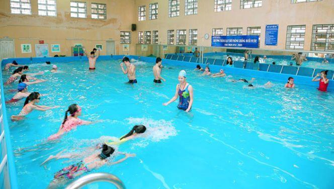 uân thủ các biện pháp vệ sinh cần thiết để bảo đảm an toàn trong các bể bơi mùa COVID-19.