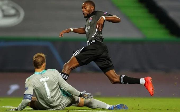 Ekambi bỏ lỡ hai cơ hội đối mặt với Neuer.