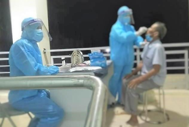Ngành y tế Nghệ An lấy mẫu xét nghiệm, kiểm soát chặt những trường hợp nghi ngờ.
