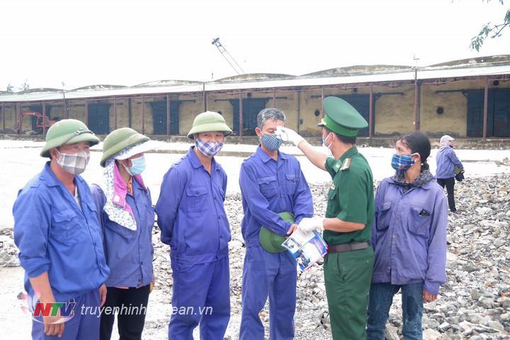 Đo thân nhiệt kiểm tra sức khỏe, tuyên truyền PCD cho các công nhân tại cảng Cửa Lò