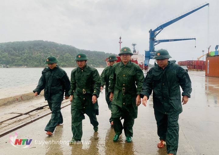 Đoàn công tác của Bộ Chỉ huy BĐBP tỉnh Nghệ An do Đại tá Dương Hồng Hải, Phó Chỉ huy trưởng làm trưởng đoàn đi kiểm tra công tác ứng phó với bão số 2 tại địa bàn thị xã Cửa Lò