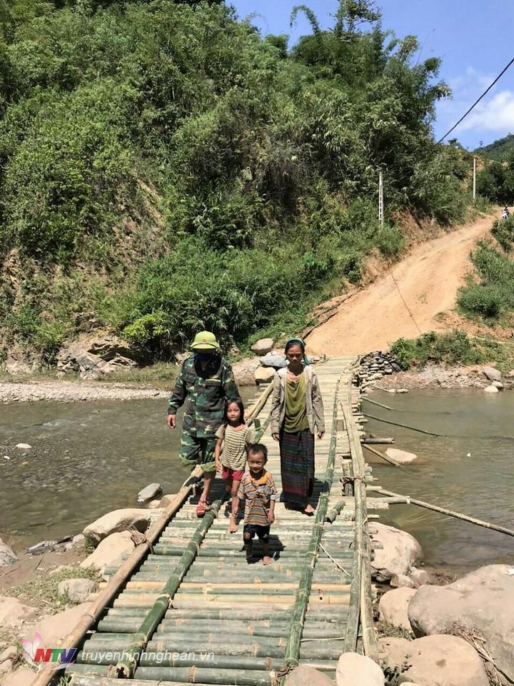 au 3 ngày thi công, cây cầu vượt suối vào bản Huồi Thum đã hoàn thành đảm bảo việc đi lại thuận lợi ra vào bản Huồi Thum