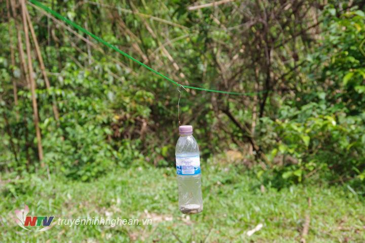 Những chiếc chai nước được tận dụng để làm chuông cảnh báo.