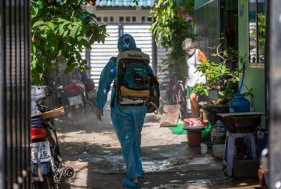 Nhân viên phun khử trùng tại khu dân cư ở Đà Nẵng.