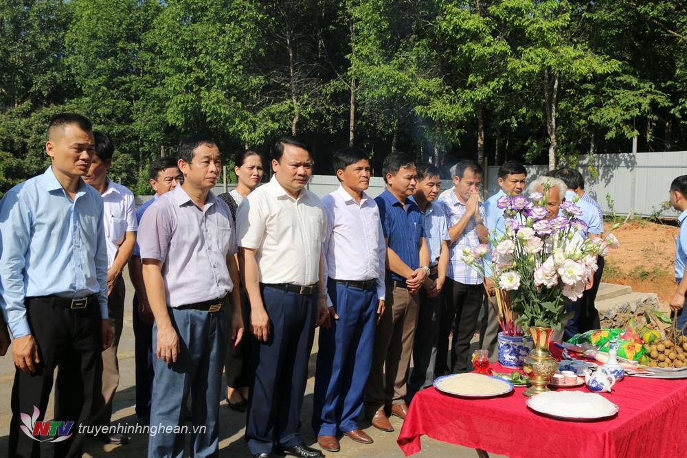 Lãnh đạo huyện thực hiện nghi lễ
