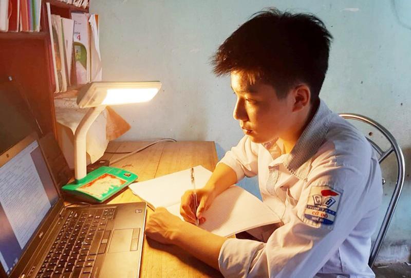 Em Nguyễn Khánh Duy – nam sinh xứ Nghệ đạt điểm 10 ở cả 2 môn Toán và Hoá