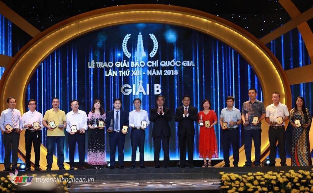 Nhà báo Ngọc Dũng (thứ 3 từ phải sang) nhận giải B, Giải Báo chí Quốc gia năm 2018