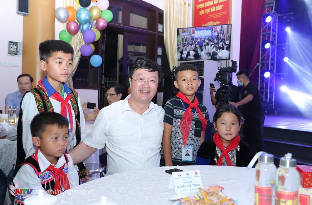 Chủ tịch UBND tỉnh Nguyễn Đức Trung tham dự đêm giao lưu.