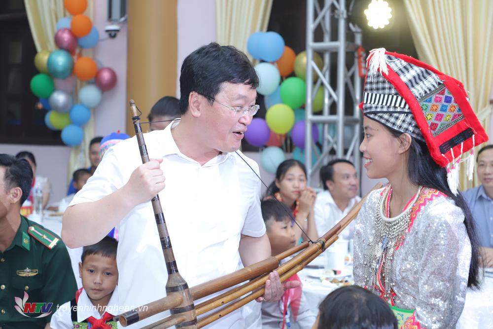 Các bạn nhỏ dân tộc thiểu số trao tặng Bí thư Tỉnh uỷ Thái Thanh Quý và Chủ tịch UBND tỉnh Nguyễn Đức Trung chiếc khèn của người Mông.