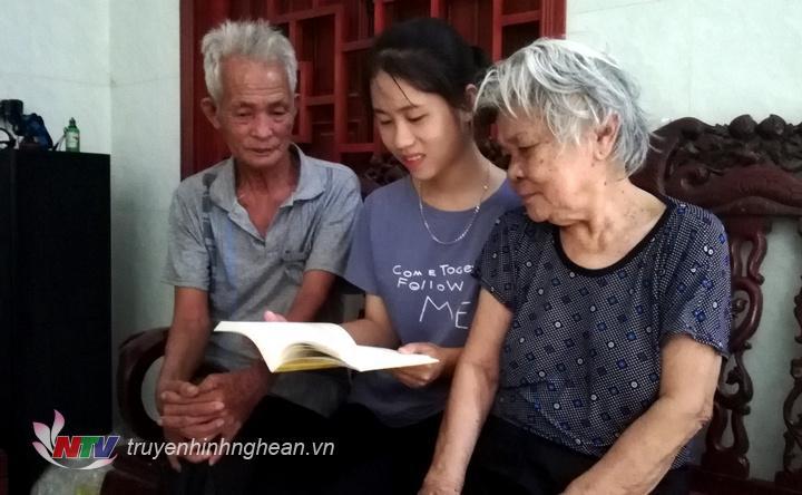 Hàng ngày Đức vẫn đọc thơ, truyện cho ông bà nội nghe