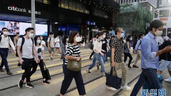 Người dân Hong Kong đeo khẩu trang khi ra đường sau khi dịch tái bùng phát lần 3.