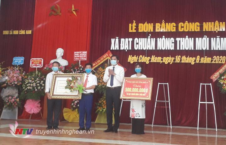 Phó Chủ tịch UBND tỉnh Hoàng Nghĩa Hiếu trao bằng công nhận đạt chuẩn NTM và công