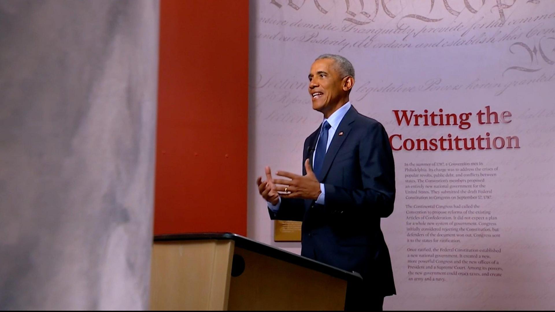 Cựu tổng thống Obama phát biểu tại Đại hội Toàn quốc đảng Dân chủ hôm 19/8. Ảnh: DNCC.