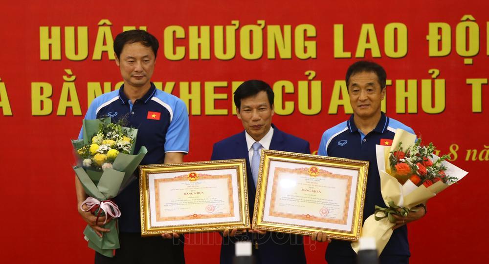 Ngoài HLV Park Hang-seo vinh dự nhận Huân chương Lao động hạng Nhì thì 2 trợ lý người Hàn Quốc ở đội tuyển U22 Việt Nam là Lee Young-jin và Kim Han-yoon cũng được trao bằng khen của Thủ tướng Chính phủ.