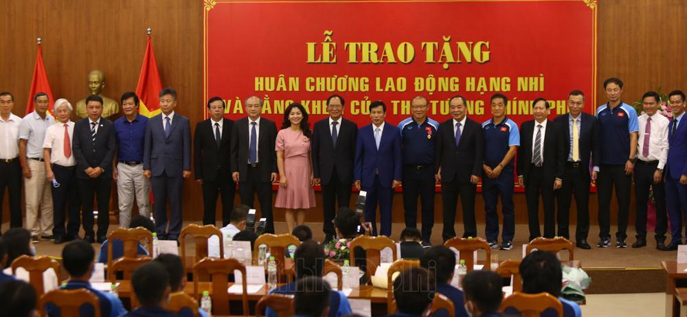 Các đại biểu chụp ảnh lưu niệm trong buổi lễ trao tặng.