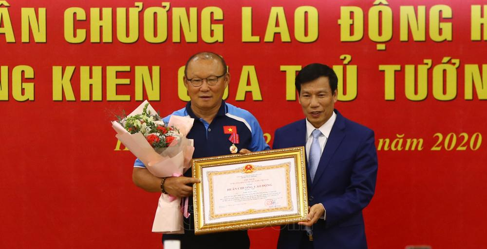 Bộ trưởng Bộ VHTT&DL Nguyễn Ngọc Thiện trao Huân chương Lao động hạng Nhì cho HLV Park Hang-seo