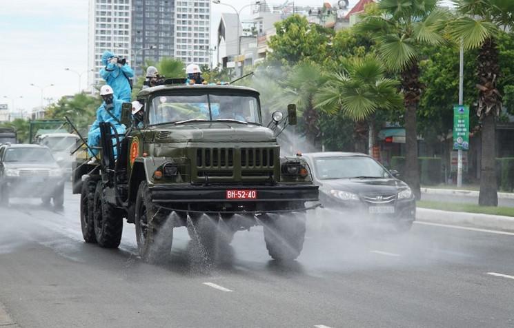 Quân đội phun khử trùng toàn địa bàn quận Sơn Trà ngày 3/8.