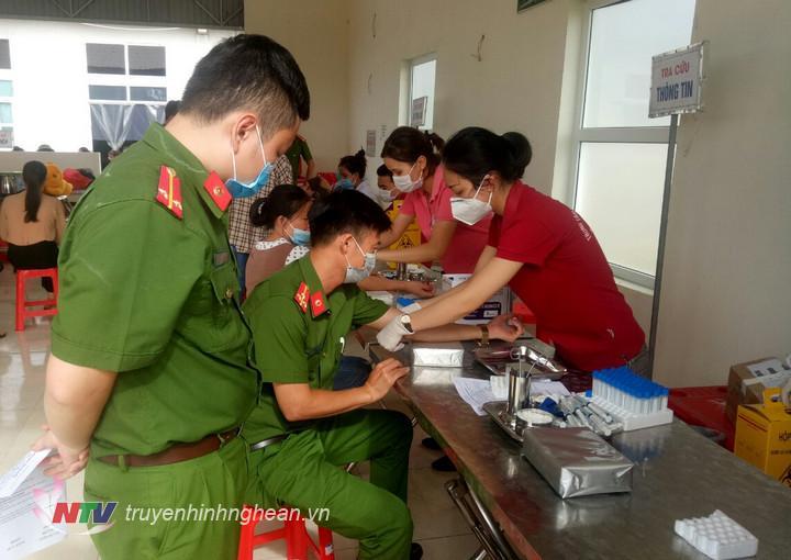 Cán bộ, chiến sỹ Công an huyện Quỳnh Lưu đăng ký tham gia hiến máu.