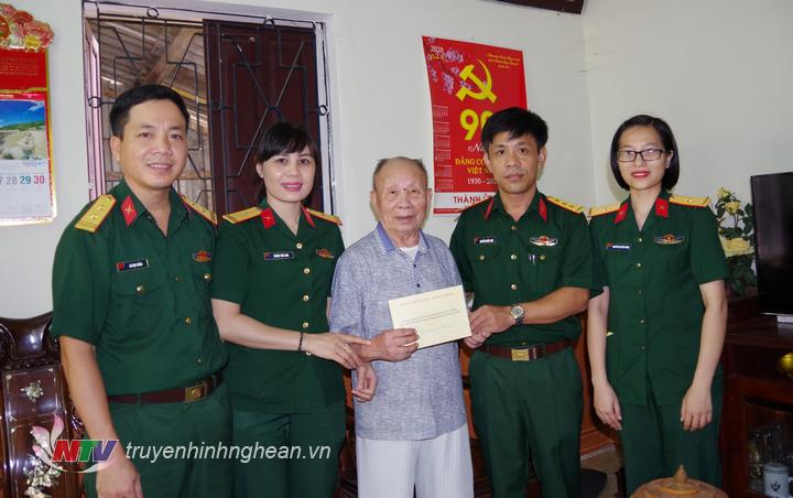 Đoàn công tác Bộ CHQS tỉnh tham hỏi động viên đồng chí Thiếu tướng Bùi Đức Tùng cán bộ tiền khởi nghĩa