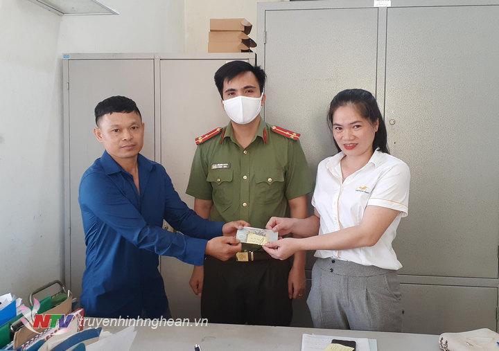 Trao lại số tiền bị mất cho chị  Trần Thị Sơn Ca