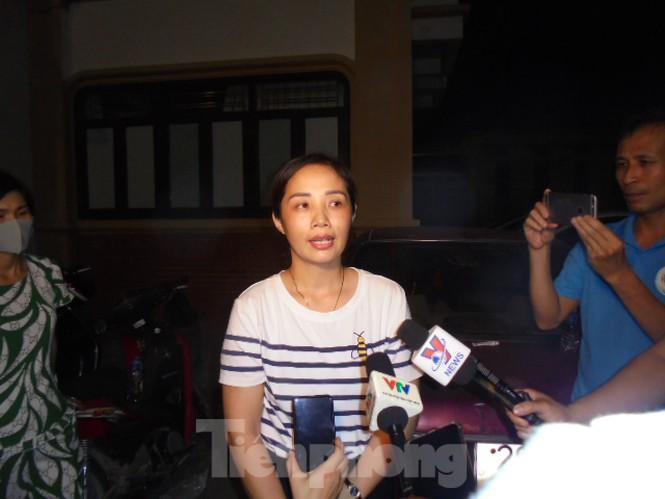Mẹ bé trai bị bắt cóc xúc động trả lời phóng viên báo đài