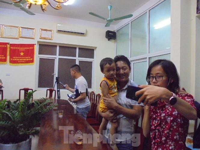 Bé trai bị bắt cóc đoàn tụ với gia đình tại cơ quan Công an tỉnh Bắc Ninh