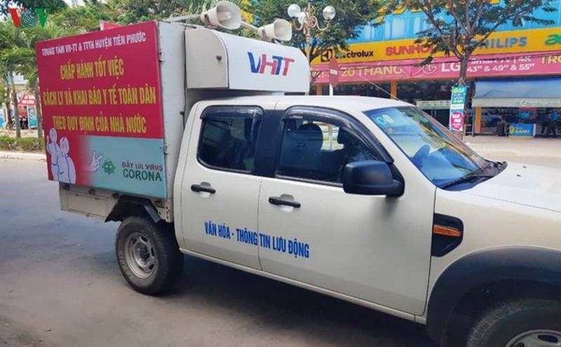 Xe truyền thanh lưu động tuyên truyền người dân nâng cao ý thức phòng chống dịch.