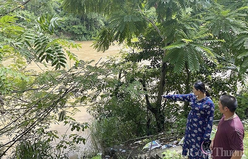 Những hộ dân ở thủy điện Bản Ang (Nghệ An) lo sợ mưa lũ cuốn trôi nhà xuống vực sâu