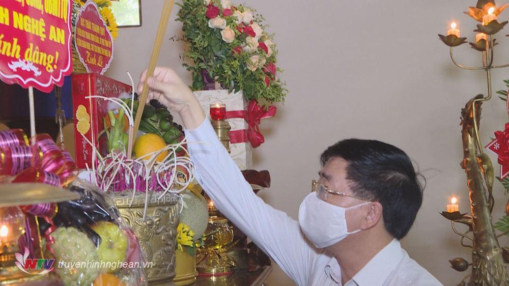 Phó Bí thư Thường trực Tỉnh ủy Nguyễn Văn Thông dâng nén hương thơm lên bàn thờ liệt sỹ Nguyễn Thị Minh Khai.