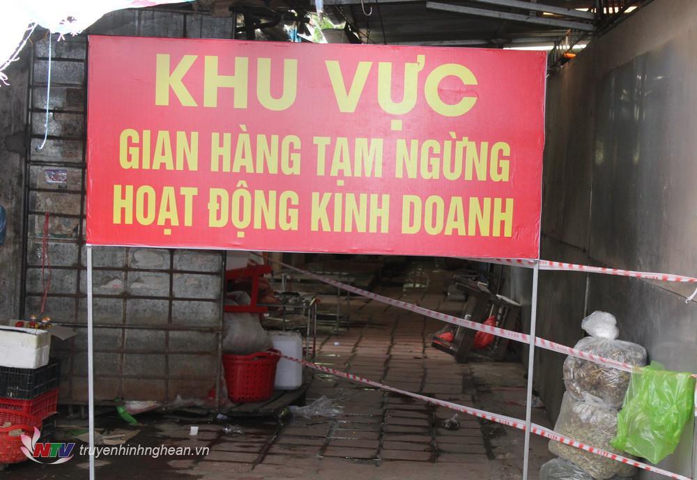 Khu vực gian hàng tạm dừng hoạt động kinh doanh tại chợ Tuần, xã Quỳnh Châu