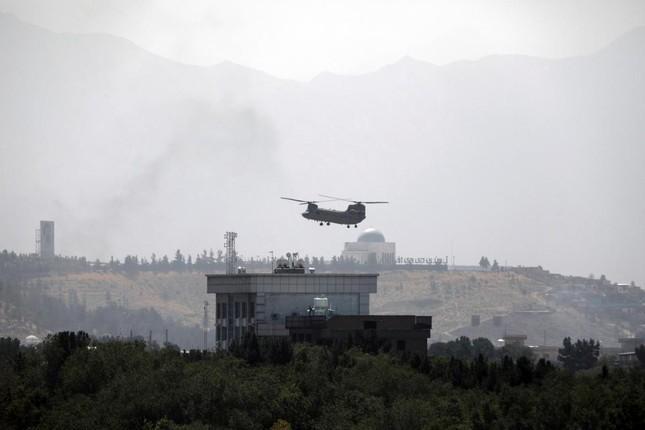 Máy bay xuất hiện trên đại sứ quán Mỹ ở Kabul ngày 15/8. Ảnh: AP