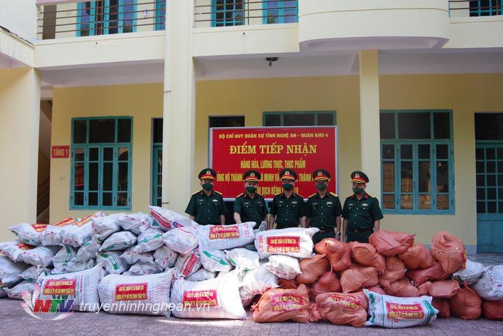 Lãnh đạo chỉ huy Sư đoàn 324, bàn giao nhu yếu phẩm  cho đơn vị Bộ chỉ huy Quân sự tỉnh Nghệ An