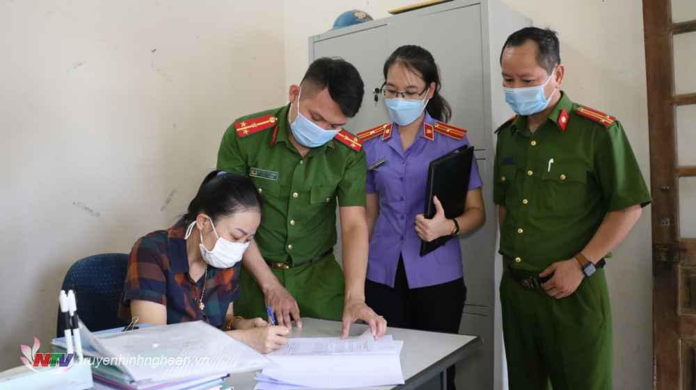 Bị can Nguyễn Thị Thương ký vào các biên bản liên quan