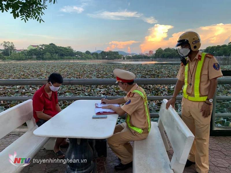 Lực lượng công an thị xã Thái Hòa xử lý các trường hợp ra đường không nhất thiết