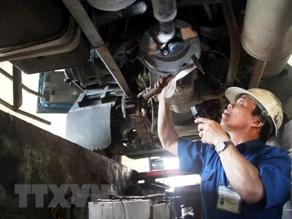 Đăng kiểm viên đang thực hiện quy trình kiểm định xe cơ giới.